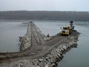 Bei den Umbauarbeiten werden die alten Buhnen abgetragen und stärker in Fließrichtung ausgerichtet.