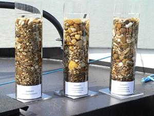 Diese drei Behälter zeigen, wie sich die GSV auf die Zusammensetzung der Donau-Sohle auswirken soll: Links ist der Ausgangszustand des Bodenmaterials zu sehen. In der Mitte wurde oben gröberer Kies zugegeben. Auf dem rechten Bild haben sich der originale und der zugefügte Kies miteinander vermischt.