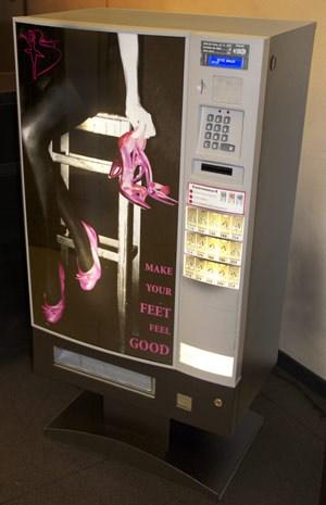 Vier Farben, vier Größen:  Die zusammenfaltbaren Einwegschuhe sind derzeit um sieben Euro in Automaten in ausgewählten Szene-Clubs in München und Frankfurt erhältlich. An der Expandierung wird gearbeitet - auch Wien steht auf der Liste.
