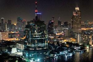 Die Stadt am Chao Phraya ist berühmt für zahlreiche Tempelanlagen und eine beeindruckende Skyline.