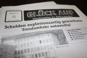 """Schon 1999 titelte die """"Glück Auf"""", die Zeitung der KPÖ-Fohnsdorf, mit dem Schuldenstand."""
