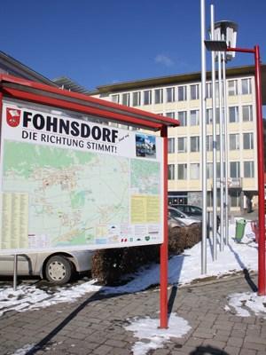 """""""Fohnsdorf - Die Richtung stimmt"""". Hinter der Werbetafel das Gemeindeamt. Seit 13. Jänner führt ein Regierungskommissär der Geschäfte der bankrotten Gemeinde."""