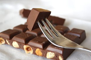 Aufgegabeltes Glück: Die Kombination von Kakao, Fett und Zucker hebt die Laune.