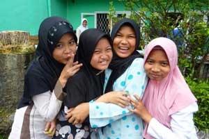 Vier Schülerinnen der Sunanul-Hunda-Schule im indonesischen Dorf Cisaat (Distrikt Subakumi). Ihre Schulbildung zahlt der australische Steuerzahler - ein Faktum, das für politische Debatten sorgt.