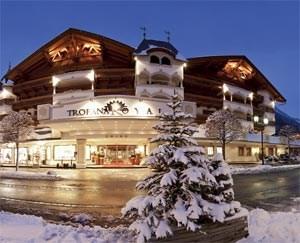 Ischgl hat 11.000 Gästebetten, die Hälfte auf Viersterneniveau. Die Silvretta-Arena bietet 41 Lifte und 238 Pisten-km. Anreise über Landeck.Informationen:www.ischgl.comwww.trofana-royal.at