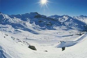 Blick auf Pisten und Snowpark bei der Idalpe, wo ein Dutzend Lifte zusammenstoßen. Im riesigen Gelände verlaufen sich die Massen.