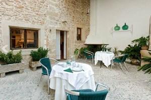 Mallorca hat tausende Unterkunftsmöglichkeiten, vom Fünfsternehotel über romantische Fincas bis zu einfachen Pensionen. Viele Viersternehotels sind auf Radfahrer eingestellt, mit eigenem Radkeller und Verleih. Das Hotel Marina Luz bei Palma bietet besonders im Winter hohen Komfort für günstige Tarife. In Alcúdia war das kleine Hotel Can Tem in der Altstadt besonders empfehlenswert, in Artà das von einem deutschen Paar geführte Hotel Casal d'Artà. In Campos, wo es kaum Hotels gibt, bietet sich das etwas eigentümliche Hotel Segles an.