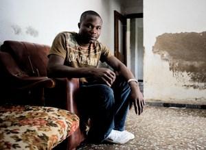 Der ehemalige Fischer Kofi aus Ghana spricht als einer der wenigen afrikanischen Migranten über sein Leben in Spanien. Die Unterkünfte der Arbeiter werden Cortijos genannt und sind meist ohne Strom und Fließwasser. Weitere Bilder zu dieser Reportage: Tristesse in den Plantagen Südspaniens