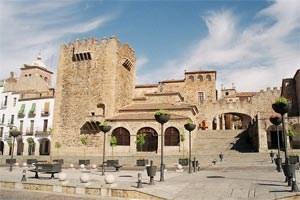 Anreise: Von Madrid per Zug oder Leihwagen über die Schnellstraße E-90 (Carretera de Suroeste). Cáceres liegt 300 Kilometer südwestlich von Madrid und 300 Kilometer nördlich von Sevilla.Unterkunft: Atrio Restaurante Hotel (Relais Châteaux) ist ein neu eröffnetes 5-Sterne-Haus mit 2-Sterne-Restaurant in der Altstadt. Plaza San Mateo, 1, 10003 Cáceres, Tel.: 0034/92/724 29 28, info@restauranteatrio.comAllgemeine Infos zur Region: http://turismo.ayto-caceres.eswww.turismoextremadura.comFoto: wikipedia.org, Im Bild: Plaza Mayor in Cáceres.