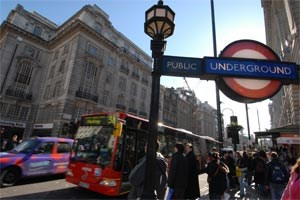 Die Strecke Wien- London wird mehrmals täglich von den British Airways oder den Austrian Airlines geflogen. Auch Ryanair oder easyJet haben London-Flüge in ihren Programmen.In London selbst fährt man am preisgünstigsten und besten mit der Oystercard, die man bei allen Ticketschaltern kaufen kann, sie gilt für die gesamte Londoner U-Bahn (London Tube) und für alle Busse.Auf den Spuren des Hochzeitspaares wandeln können Sie am besten mit Visit Britain.
