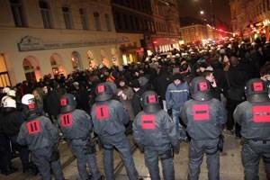 ..., teils schritt sie ein: Ein Bild vom Polizeikessel in der Westbahnstraße, in der DemonstrantInnen zum Teil stundenlang festgehalten wurden