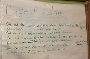"""Zum Foto einer Frau mit Kopfschleier schreiben die SchülerInnen einen fiktiven Steckbrief: """"Ayse Lashin"""" heiße die Unbekannte, """"Moslem"""" sei sie, """"Stress zu Hause"""" habe sie, wird vermutet"""