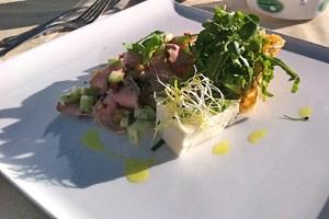 Auch Käseschüsseln werfen im Abendlicht lange Schatten: Roastbeef, Spargelmousse, und der Salat im Käse.