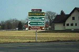 Zweisprachige Ortstafeln gibt es in der Südsteiermark noch keine. Das einzige Schild, das auch auf Slowenisch beschriftet ist, ist jenes des Kulturzentrums der steirischen Slowenen - des Pavelhauses.
