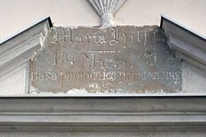 Viele steirische Slowenen bekennen sich nicht zu ihrer Herkunft. Nur noch wenig weist darauf hin, dass es in der Südsteiermark eine Minderheit gibt - wie diese zweisprachige Steintafel über der Radkersburger Frauenkirche Maria Hilf.