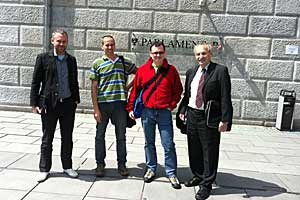 Heinz Oberhummer mit seinen atheistischen Mitstreitern vor dem Parlament.
