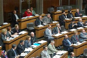 Ungewohnter Anblick im Plenum des Nationalrats: Kardinal Christoph Schönborn sitzt unter Atheisten, Orthodoxen, Juden und Moslems.