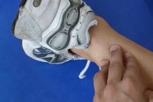 Ein Achillessehnenruptur verursacht heftige Schmerzen. Vorbeugen können Sportler durch Dehnen und Aufwärmen.