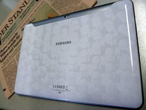 Die Special Edition ist mit Android-Robotern auf der Rückseite bedruckt, die Release-Version wird hier in klassischem Weiß oder Schwarz gehalten sein.
