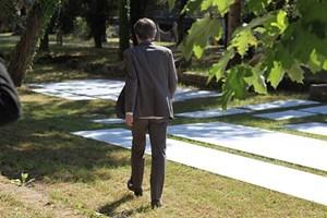 Biennale von Venedig: Noch liegen Aluminiumplatten auf der Wiese vor dem österreichischen Pavillon, den Markus Schinwald in ein Labyrinth verwandeln wird.