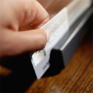 Wer mit Kreditkarte Geld abhebt, zahlt unter Umständen saftige Spesen.