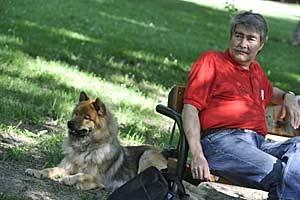 """Eurasier-Hündin Bolita vom Kleinbodenbach und ihr Mensch Kurt Kotrschal: """"Hunden sind Menschen wichtiger als andere Hunde. Das ist der Unterschied zu den Wölfen."""""""