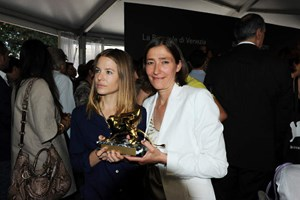 Kuratorin Susanne Gaensheimer (re.) und Schlingensiefs Witwe Aino Laberenz (li.) mit dem Goldenen Löwen für den besten Pavillon bei der Biennale von Venedig.