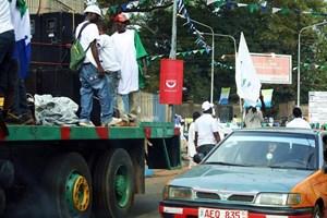Jung und Alt feiern in den Straßen, mitten am Kreisverkehr und mit lauter Musik aus Boxen auf Lastwägen und Autos, die durch die Stadt ziehen.
