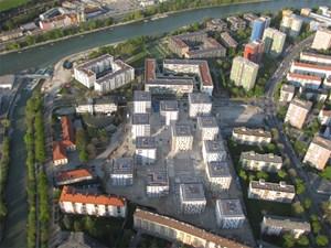 Auf dem ehemaligen Areal der Innsbrucker Eugenkaserne entsteht eine Wohnanlage mit 444 Wohnungen im Passivhausstandard, die während der ersten Olympischen Jugend-Winterspiele im Jänner 2012 in Innsbruck und Seefeld den über 1600 Athleten und Betreuern als Herberge dienen wird. Die Anlage besteht aus 13 Baukörpern und weist 313 Mietwohnungen, 62 Mietwohnungen mit Kaufoption sowie 55 subjektgeförderte und 14 frei finanzierte Eigentumswohnungen auf.
