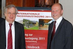 Wolfgang Feist (li.), der als Erfinder des Passivhauses gilt, und Günter Lang, Pressesprecher der Passivhaustagung, zogen ein äußerst positives Resümee der 15. Internationalen Passivhaustagung in Innsbruck. Im nächsten Jahr wird die Tagung in Hannover stattfinden.