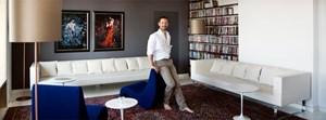 Sebastian Menschhorn in einer von vielen Ecken seiner Wohnung. Vor allem der Perserteppich hat es ihm angetan. (Foto: Lisi Specht)