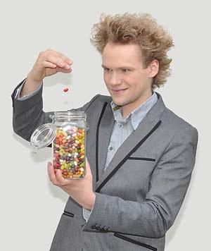 """Thomas Höschele darf sich deutscher Meister der Zauberkunst nennen. Beim Festival """"Highlights of Magic"""", das im Juni in Leverkusen stattfand, gewann er in der Kategorie """"Mentalmagie"""" mit einer Liebesgeschichte, bei der ein Glas mit Bonbons eine große Rolle spielt. Wie der Trick funktioniert, darf er nicht verraten."""