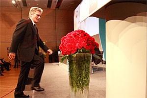 """... Werner Faymann bei einer Rede vor Parteifreunden zum Thema """"Zukunft"""". - Und was wird aus den roten Nelken?"""