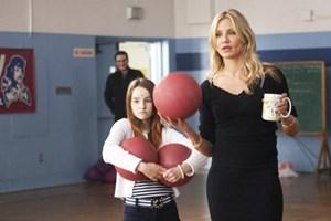 """Unorthodoxe Unterrichtsmethoden praktiziert Cameron Diaz (re.) in und als """"Bad Teacher"""". Im Hintergrund lacht sich Jason Segel eins, während Kaitlyn Dever um die Gesundheit ihrer Klassenkameraden fürchtet."""