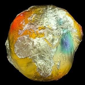 Geoid 2011, erstellt auf Basis von Daten der Satelliten LAGEOS, GRACE und GOCE sowie Oberflächendaten aus Fluggravimetrie und Satelliten-Altimetrie