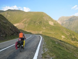 """Ferne Länder und Kulturen mit dem Fahrrad zu erkunden, ist Julians Leidenschaft. """"Ich will mit dieser Fahrt das Bewusstsein schaffen: Wir brauchen die Verbindung untereinander!"""""""
