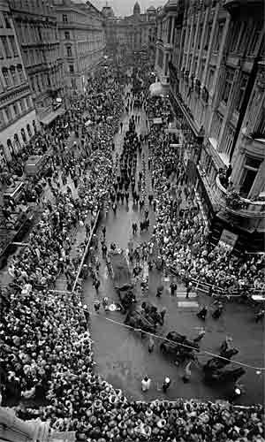 Das letzte große imperiale Begräbnis in Wien: Trauerzug für die einstige Kaiserin Zita 1989. Ottos Sarg wird von Tiroler Schützen auf einem Bahrwagen gezogen.