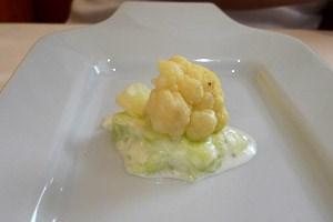 Küchengruß, vegetarisch: Karfiol auf Gurkensalat