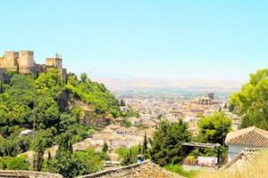 """Der Blick auf Granada von dort aus, wo früher die """"gitanos"""" wohnten: Sacromonte, das für seine teils recht luxuriösen Wohnhöhlen bekannt ist."""