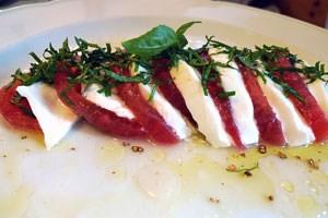 Eine von vielen, vielen Portionen Mozzarella mit Tomate - soll aber besonders gut gewesen sein.