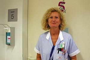 Schwester Brigitte arbeitet gerne mit den kleinen Menschen, sie unterstützt die Mütter beim Stillen und der Pflege