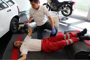 Bei jedem Notfallpatienten sind bis zum Eintreffen der Rettung einfache Basismaßnahmen durchzuführen. Diese zielen darauf ab, die lebenswichtigen Körperfunktionen zu begünstigen und aufrechtzuerhalten und so einen gefährlichen Schockzustand zu vermeiden.