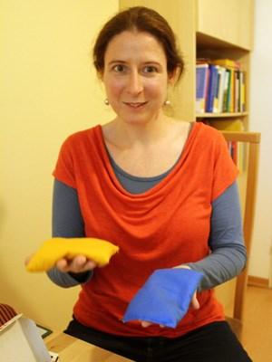 """Susanne Körner ist Pädagogin, Sonder- und Heilpädagogin. Seit 15 Jahren arbeitet sie in ihrer Praxis in Wien Hietzing mit Kleinkindern, Kindern, Jugendlichen und deren Eltern. Bei Kindern, die Probleme haben, den Schreibdruck richtig zu dosieren, greift sie unter anderem auf """"Tooties"""" zurück: kleine, unterschiedlich gefüllte Baumwollbeutel..."""