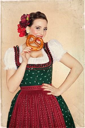 Laut Hoscheks Homepage sind ihre Kollektionen berühmt für ihren sehr weiblichen Retro Stil.