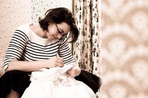 Lena Hoschek wurde in Graz geboren. 2003 erhielt sie ihr Diplom in Modedesign an der Modeschule Hetzendorf.