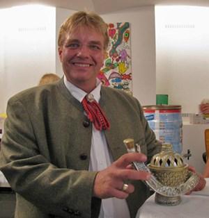 Jetzt ist es heraußen: Michael Pfeifer (MP Immobilien) und seine Wunderlampe.