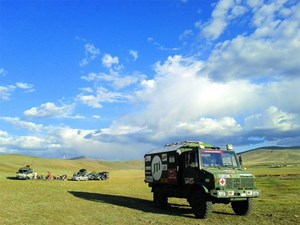 """Der """"Gobi-Bär"""", ein geländegängiger Krankenwagen, auf seinem Weg in die Mongolei."""