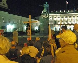 Bis in den Abend beten die Anhänger des verstorbenen Präsidenten für seine Seele.