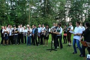 Die Auersbacher Amateurmusiker singen und spielen für die Gäste aus Polen, Ungarn und Kroatien auf. In der Bildmitte mit der Harmonika: Musikschulleiterin Monika Kahr.