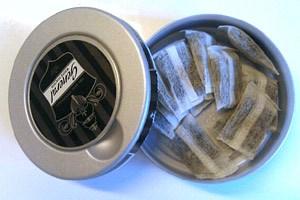 Die mit Tabak gefüllten Säckchen werden zwischen Lippe und Zahnfleisch platziert und eine halbe Stunde später ausgespuckt.